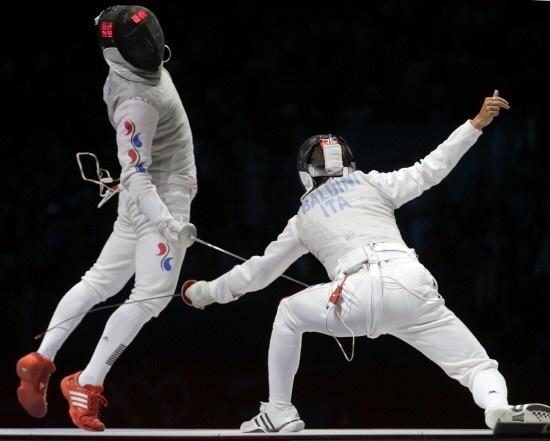 남자 펜싱 플뢰레의 동메달을 딴 최병철(31.화성시청)이 기상천외한 공격으로 '괴짜검객'이라는 별명까지 얻었다.     최병철은 1일(한국시각) 영국 런던 엑셀 제1사우스 아레나에서 벌어진 2012 런던올림픽 펜싱 남자 플뢰레 동메달 결정전에서 이탈리아 드레아 발디니를 꺾고 동메달을 획득했다.