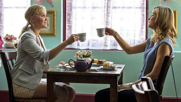 """5 nya filmer på bio vecka 34! Amy har alltid fått höra från sin far att monogami inte är realistiskt. Nu lever hon själv efter det mottot. Judd Apatows och Amy Schumers romantiska komedi """"Trainwreck"""" är en veckans premiärer på vita duken. Svenska dramat """"Odödliga"""" och tyska """"En labyrint av lögner"""" finns också bland titlarna."""
