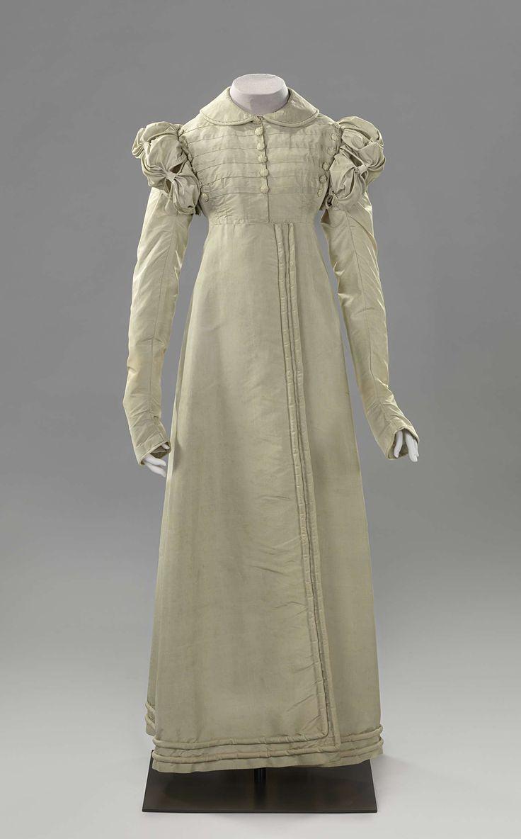 Redingote of jasjurk (a) van zijde oorspronkelijk changerend van blauw naar lila, maar sterk verkleurd  en spencer met ontbrekende mouwen (b) van dito zijde, anoniem, c. 1820