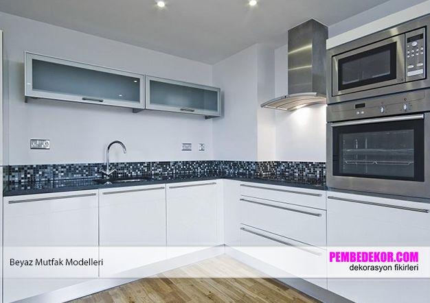 Yukarıda görmüş olduğunuz mutfakta ise siyah, beyaz ve grinin uyumunu en modern haliyle bizlere sunuyor. Siyah tezgahın üzerinde bulunan siyah, gri ve beyaz renklerden oluşan küçük taşlar