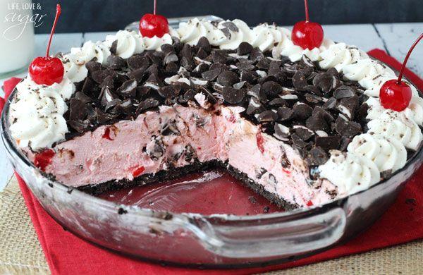 Μια υπέροχη τούρτα παγωτό με τραγανή, μπισκοτένια βάση με μπισκότα cookies ή όρεο με γέμισηυπέροχο παγωτό με κρέμα τυριού και κερασάκια μαρασκίνο, γαρνιρι