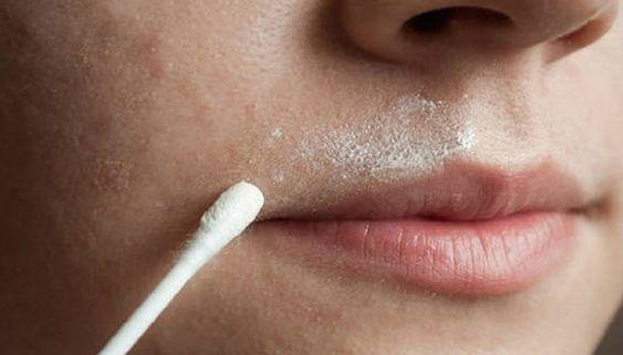 Weg met die nare snorhaartjes! Sommige vrouwen hebben ervan naturemeer last van dan anderen: ongewenste gezichtsbeharing. Hel...