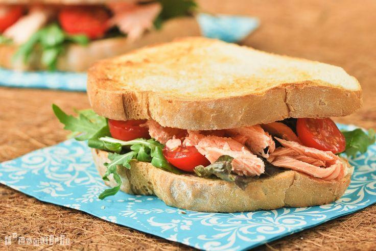 Los que me seguís hace tiempo, sabéis que congelo toda la comida que me sobra, por poca que sea…así dí con este sandwich, quería terminar un resto de salmón congelado y este pesto me llamaba la atención…desde entonces, lo he … Sigue leyendo →