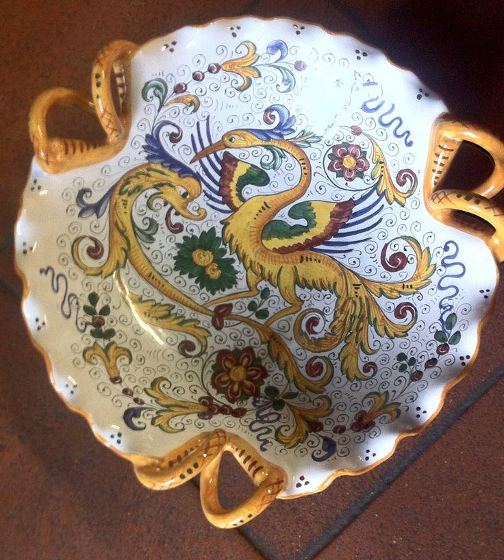 """La forma merlata e i tre manici a serpente fanno chiamare oggetti come questi """"coppe"""" per via della raffinatezza delle loro forme. Questo oggetto di base t"""