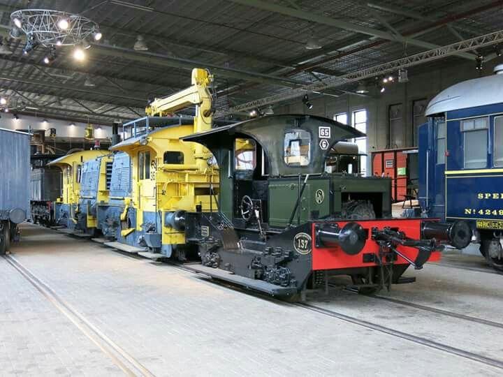 Locomotor 137 en sik 362 met HIAB-kraan en sik 345 in het spoorwegmuseum Utrecht Malibaan tijdens de voorjaarsvakantie, 1 maart 2016. En buiten staan er nog meer. Maar deze 3 bij elkaar vond ik wel heel mooi.