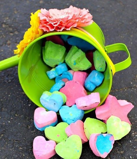 ЦВЕТНЫЕ МЕЛКИ СВОИМИ РУКАМИ  Понадобятся: - 3/4 чашки теплой воды - 1,5 чашки гипса - цветные краски - формочки для отливки  Смешиваем гипс с теплой водой, добавляем краску и перемешиваем. Разливаем цветной гипс по формочкам, еще раз перемешиваем, чтобы выпустить воздух (например, спицей) и ждем, когда застынет. Чем больше формочка, тем дольше сохнет.