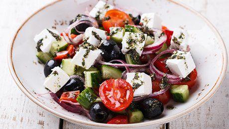 Envie d'une assiette garnie de légumes? Vous aimez les déguster crus et croquants? Pourquoi ne pas concocter une salade? Amandine Lemarie, professeure de cuisine à domicile (Lacuisinedamandine.fr et facebook.com/lacuisinedamandine), vous livre sa recette de salade grecque. Une parfaite harmonie de couleurs et une alchimie de saveurs, cette salade se compose d'oignon rouge ciselé, de dés de concombre, de feta, le tout égayé par des tomates cerises et des olives noires. Vous voyez déjà le…