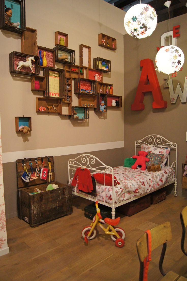 LA CHAMBRE ENFANT grandes lettres cagettes étagères lit métal vintage
