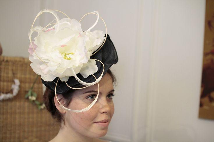 chapeau de mariage en banane et fleur plumes et jonc www.un-chapeau-a-auteuil.fr