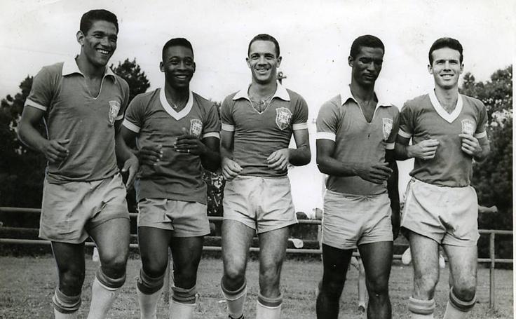 Garrincha, Pelé, Paulinho (Paulo Valentim), Didi (Valdir Pereira), e Mario Jorge Lobo Zagallo fazem pose para foto em treino da seleção brasileira
