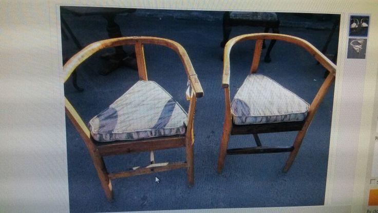 Twee hand gekerfde stoelle