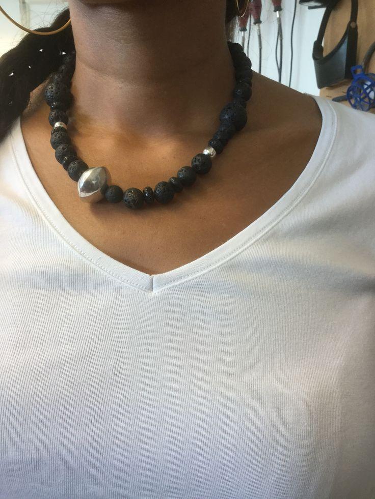 Collier, lava en zelfgemaakte zilveren kraal, Marike van Gink, gemaakt tijdens de cursus edelsmeden bij Monique Peters