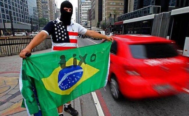 """Estudante britânico comenta o complexo de vira-latas dos brasileiros: Estudante da Universidade de Oxford diz que brasileiros exageram na rejeição ao Brasil. """"Ao mesmo tempo em que existe um exagero na idealização dos americanos, existe um exagero na rejeição ao Brasil pelos próprios brasileiros"""" (imagem ilustrativa)  """"O Brasil tem uma reputação invejável no exterior, mas os brasileiros, às vezes, parecem ser cegos para tudo exceto o lado negativo"""". ..."""