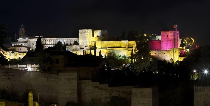 La #Alhambra de Granada se ha teñido de #rosa este 11 de octubre de 2013 para celebrar el #DíadelaNiña #PorSerNiña http://plan-espana.org/prensa-y-publicaciones/noticias-ong/la-alhambra-se-tine-de-rosa