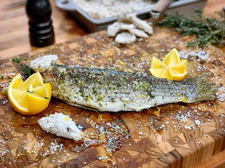 Nouvelle recette en ligne ! Le  en croute de sel ! Une technique de cuisson bien sympathique qui n'est pas réservée qu'au poisson tentez avec d'autres viandes ça passe tout aussi bien ! Ça donne un bon goût et une superbe texture à la viande ou au poisson et surtout ça fait toujours son effet waouh lorsque vous ouvrez la croute devant vos invités  Ingrédients de la croute de sel : - Gros sel thym aneth blancs d'œufs eau