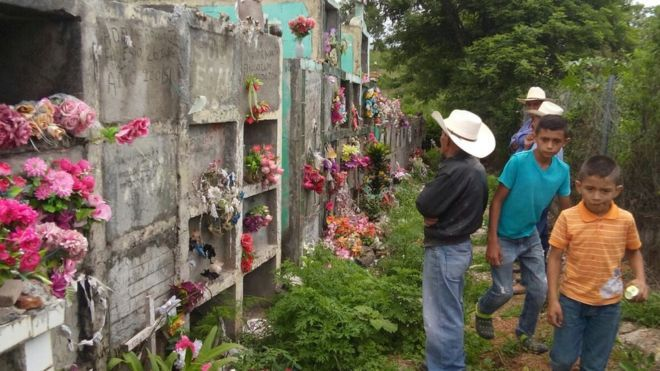 Honduras: Un cementerio sobre una montaña de oro enfrenta a un pueblo con una minera  Los restos de cientos de personas se interponen entre las intenciones de la minera canadiense Aura Minerals de expandir sus operaciones para extraer oro en una mina a cielo abierto en la comunidad de Azacualpa y los habitantes del lugar  http://www.laopinion.com/2016/08/02/honduras-un-cementerio-sobre-una-montana-de-oro-enfrenta-a-un-pueblo-con-una-minera/#