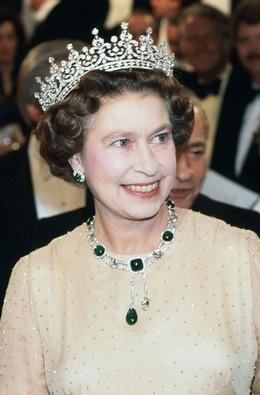 Tiara oferecida pelos súbditos à rainha Mary, avó de Isabel II, em 1893