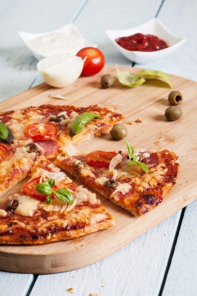 Pizza met chorizo en paprika (bekijk video) - Njam Tv - Michael Vrijmoed !