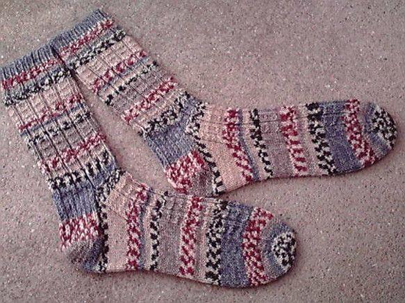 海外のソックヤーンで編みました。リブ編みの履き心地のよいソックスです。サイズ:レディースM素材:ウール75%,ナイロン25%お手入れ:洗濯機の弱水流(ウールコ...|ハンドメイド、手作り、手仕事品の通販・販売・購入ならCreema。