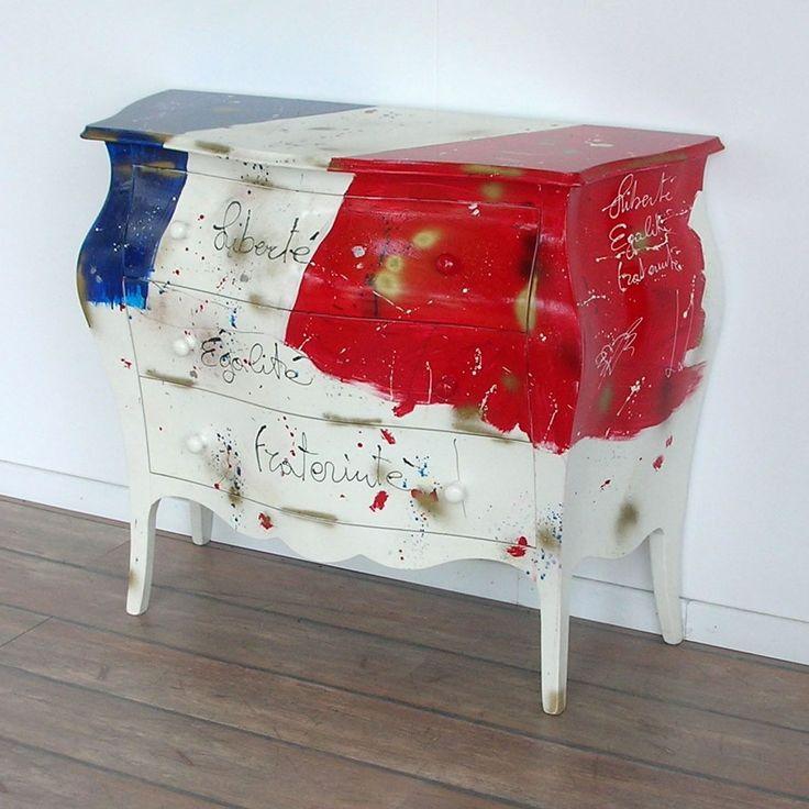 Cassettiera a tre cassettiin legnostile country, decorata con bandiera della Francia. Finito a mano e prodotto in Italia da Castagnetti 1928.