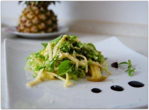 Лёгкий ананасовый салат с оливками.