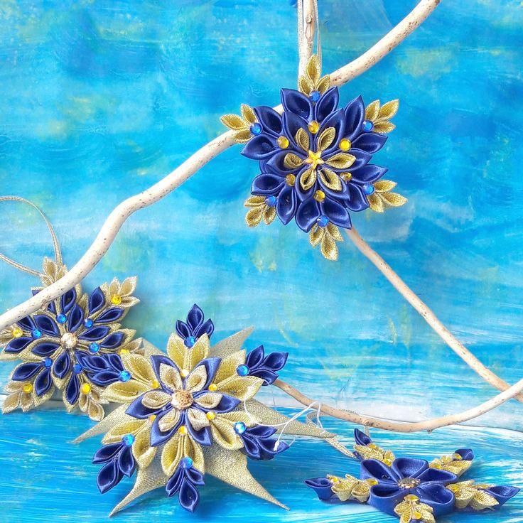 Perseidy+Sněhová+vločka+vyrobená+technikou+kanzashi+ze+saténových+stuh.+Tato+vločka+je+kombinací+tmavě+modré+a+zlaté.+Dozdobena+je+dekorativními+kamínky.+Průměr+vločky+je+10cm.+Cena+za+1kus!