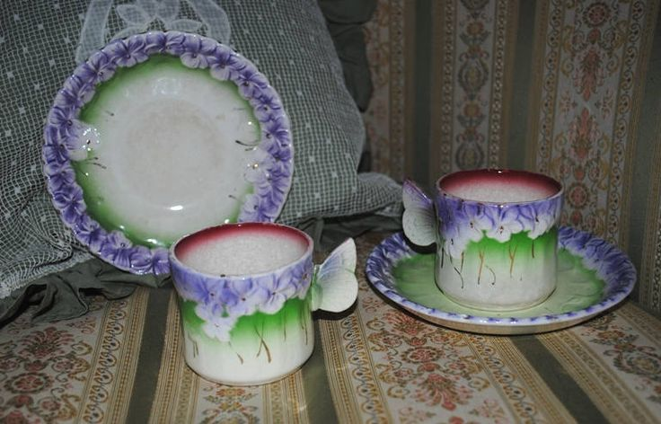 Antique French MAJOLICA coffee cups & saucers VIOLETS BUTTERFLY Handle di villavillacolle su Etsy