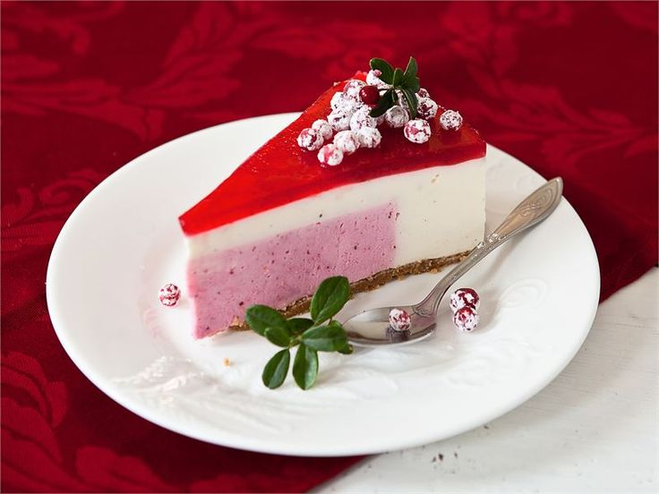 Kakun salaisuus piilee pinnan alla. Tässä hyydytettävässä kakussa on puolukkainen sydän, joka paljastuu vasta leikattaessa. http://www.valio.fi/reseptit/puolukka-vaniljakakku/ #resepti #ruoka