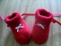 Sapatinho vermelho não deve faltar no enxoval do bebê , alem de ser uma belezura.   Quem resiste a um sapatinho vermelho!!!!     Receita s...