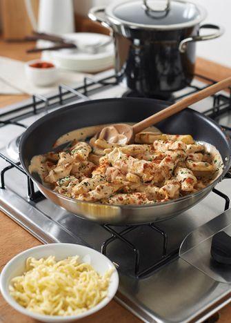 Fajitas de pollo en salsa de queso, una receta simple para salir del apuro o para llevar al trabajo. Visita www.cocinavital.mx.