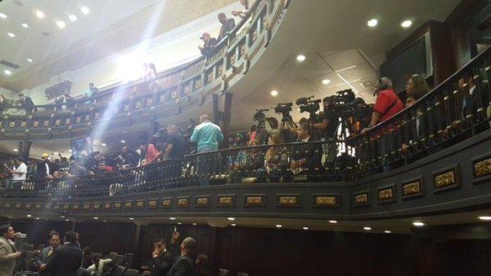 E depois de mais de 16 anos, imprensa livre volta ao Parlamento venezuelano. Apesar do clima tenso nas ruas, com manifestações contra e a favor do governo de Nicolás Maduro, o ambiente dentro da Assembleia Nacional é de tranquilidade. Jornalistas, cinegrafistas e técnicos da imprensa cobrem a posse dos novos deputados