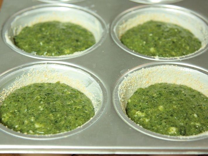 Sformatini di cicoria Ingredienti x4 sformatini: 2 uova 6 cucchiai di farina 500 gr di cicoria olio evo sale e pepe burro 1 scamorza pangrattato 1 cucchiaio di crusca d'avena