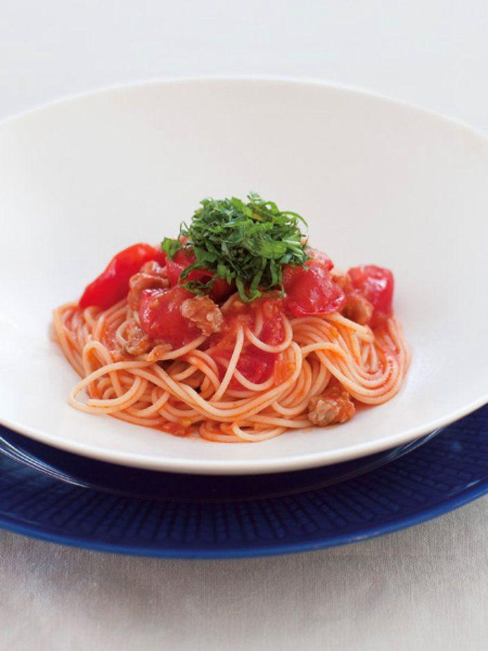 にんにくとうがらしでペペロンチーノ風に仕上げる。とうがらしのカプサイシンによる発汗効果が期待できる。また、生トマトとトマトジュースを使うことで抗酸化作用も。さらに、重要なたんぱく質も豚肉で加えて。トマトの酸味とバジルの風味で、食欲アップ。冷やしていただくので暑くてぐったりしているときにもこれなら必ず食べられるはず。|『ELLE a table』はおしゃれで簡単なレシピが満載!