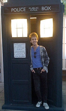 Alex Day and tardis: WHY COULDN'T I BE THERE?!