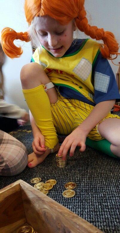 Hvor mange guldpenge kan Pippi stable? Idé til en aktivitet til en Pippi fest. How many gold coins can Pippi stack?