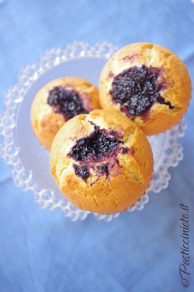 La #ricetta dei #muffin con la marmellata di #mirtilli neri: una golosa idea per la colazione o la merenda, soffici e senza burro!