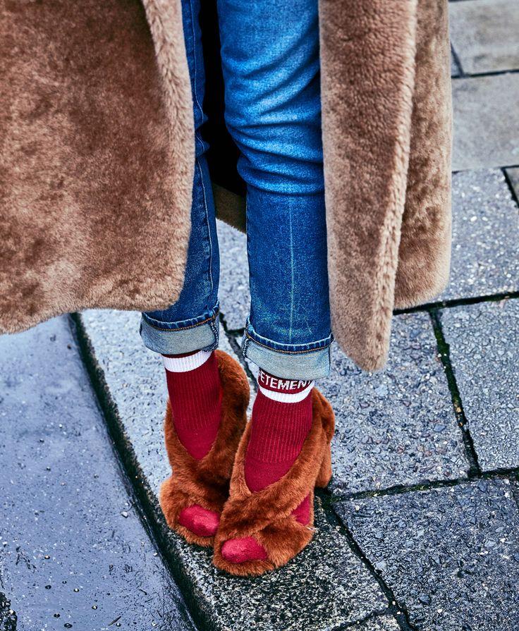 Clever & smart, so trage ich meine Lieblings-Sandaletten im Winter. Mit warmen Baumwollsocken! Okay, nicht ALLE Baumwollsocken sind modetechnisch okay, sie sollten ein fettes Label oder Logo tragen, dann hip. Hot! | @jilsander #shoes @vetements_official #socks
