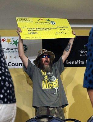 """Lecz był to William Seeley z grupy zwycięzców Powerball o nazwie Oceans 16, który ukradł show, mając na sobie wspaniały słomkowy kapelusz, t-shirt z Duck Dynasty, spodnie moro, okulary oraz długą brodę i radośnie ogłosił, że on i jego 15 współpracowników, to """"szczęśliwe grono"""". """"To jest mój najlepszy strój"""" – zażartował William. Podczas konferencji prasowej William niechcący strącił mikrofon, po czym powiedział """"To nie byłem ja!"""", lecz potem dodał """"E tam, mogę z to zapłacić."""" #Powerball"""