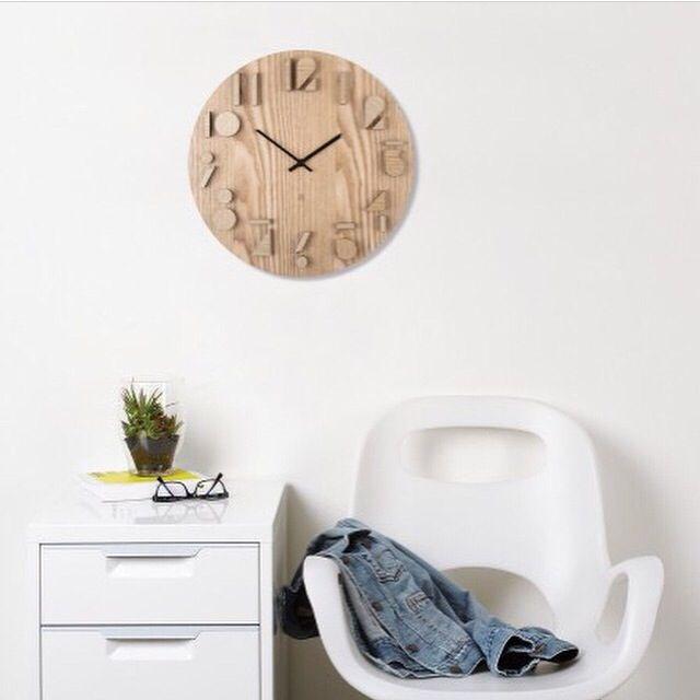 Natural and white decor. Umbra Shadow Wall Clock designed by Alan Wisneiwski.