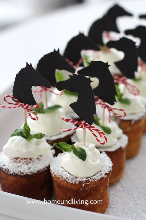 Süße Desserts mit Pferde Deko.                                                                                                                                                                                 Mehr