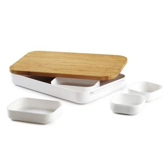 Diese praktische und stilvolle Bentobox holt japanische Esskultur in Ihre Küche. Die ca. 39,1 x 26,7 x 6,2 cm (L x B x H) große Box aus Kunststoff in Weiß und Bambus in Naturbraun wird im 6-er Set geliefert. Es umfasst eine geräumige Box mit 5 unterschiedlich großen Kunststoffschälchen sowie einem Deckel, der auch als Schneidebrett zum Einsatz kommen kann. Die Box eignet sich optimal für kleine Snacks und die gesunde Jause zwischendurch. Sie ve