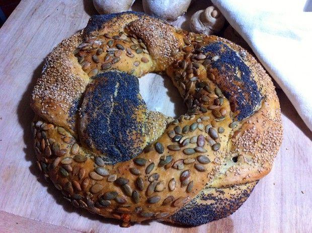Questa scenografica treccia di pane ripiena, a lievitazione naturale, è perfetta sia da sola, come antipasto, sia come accompagnamento per salumi, formaggi e verdure cotte.