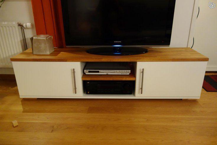 Egenhändigt designad och bygg TV-bänk   Består av två vita skåp samt en massiv ekskiva    Mått (BxHxD): 170x42x39 cm