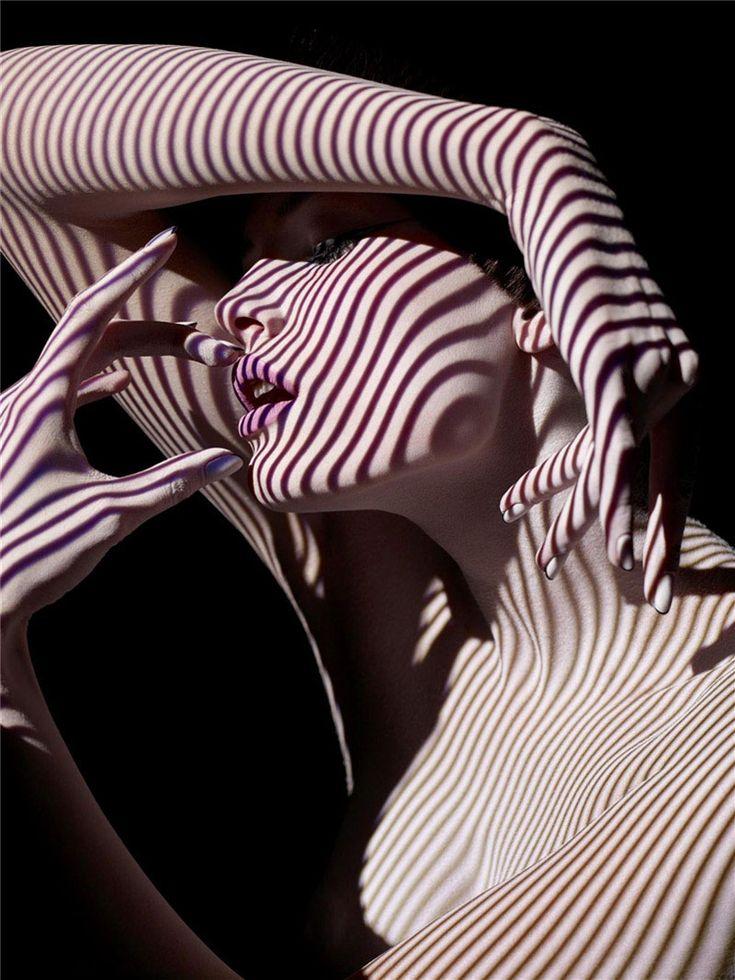 Sølve Sundsbø è considerato uno dei più grandi e visionari registi e fotografi di moda in circolazione. Con il suo stile ha rinnovato il campo della fashion photography introducendo un'estetica personalissina e innovativa.