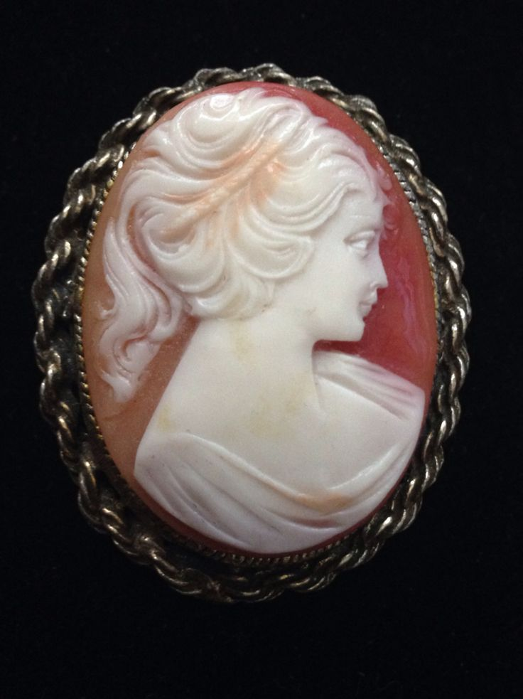 1960's Vintage Costume Jewellery Cameo Pin.