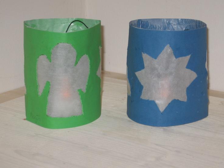 Kerstlichtje: Benodigdheden: -potje van babyvoeding met daarin een waxinelichtje - strook stevig papier iets hoger dan het potje en passend in een ruime cirkel rond het potje. -vormen/figuren om te omtrekken -prikpen - vliegerpapier. Werkwijze is simpel: figuren op gelijke afstand op de stook tekenen-laten uitprikken-vliegerpapier achter de openingen plakken-strook in een cirkel plakken en het potje in het midden van de cirkel plaatsen.
