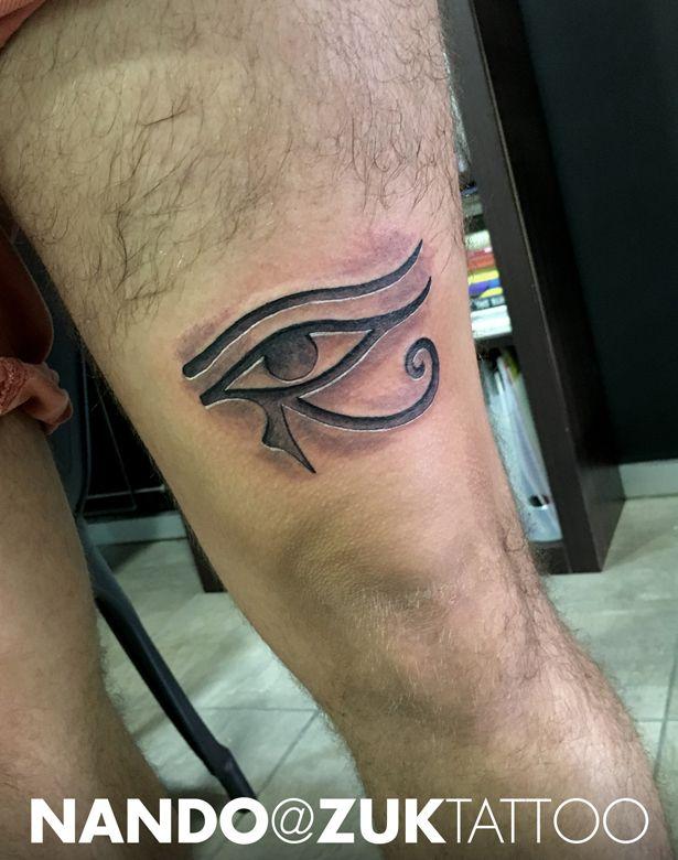 Tatuaje en negro y gris con el Ojo de Horus con efecto relieve.