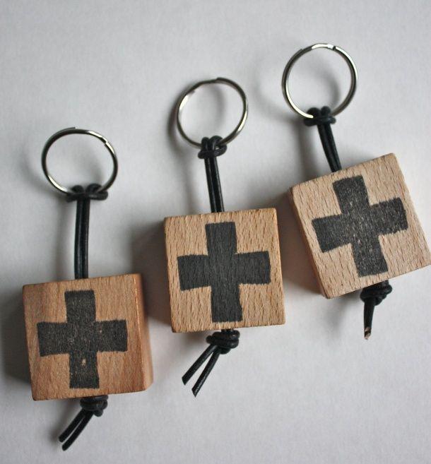 houten blokje, gaatje boren, laten verven en vernissen, sleutelhanger!