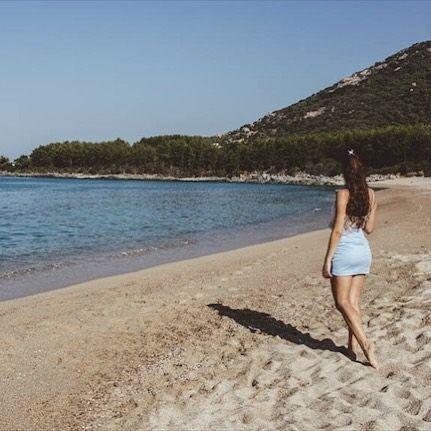 BESOIN DE ME RESSOURCER. Bon alors histoire de raconter ma vie.  J'ai foulé le sable de cette plage alors que je n'avais que quelques mois et il n'y a pas une année qui passe sans que ne loupe l'occasion d'y aller. Ce sable cette colline l'odeur particulière de cette plage ses rochers qui m'ont vu grandir. Et juste remonter la pente de la mort pr être chez pépé. La corse c'est ce petit bout de terre le seul au monde où je me sens à la maison.  Le seul qui me fait ressentir du soulagement…