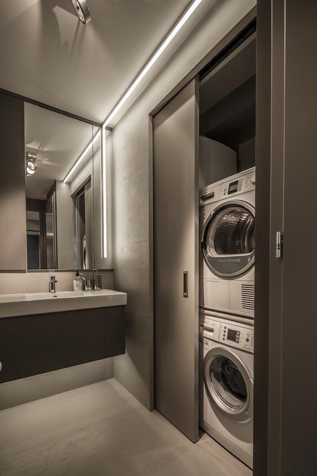 Dupla mosógép tolóajtóval modern fürdőszobában